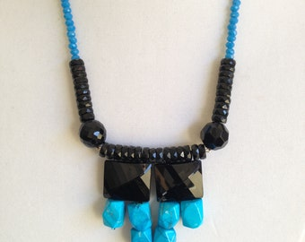 Black and turquoise in this contrasty necklace