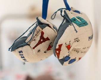 Mini Paris boxing gloves in Kokka linen with printed Eiffel Tower and Arc de Triomphe, to personalize with a name, gift souvenir from Paris