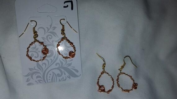 Fashion gold toned wire sculpture tear drop shaped earrings
