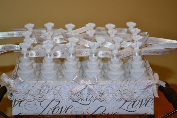 wedding cake bubbles 24 pc in basket w ribbons wedding. Black Bedroom Furniture Sets. Home Design Ideas