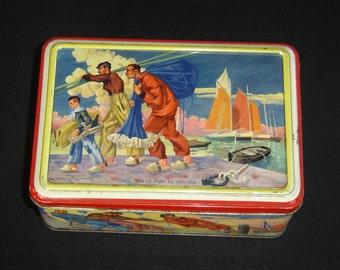 Belle boite tole. Port Croisic. France. Marins pêcheurs. Signée E Guillaume. Old cake tin box. France