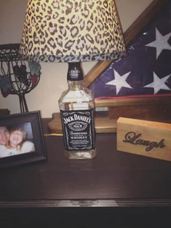 articles similaires jack daniels lampe avec abat jour l opard sur etsy. Black Bedroom Furniture Sets. Home Design Ideas