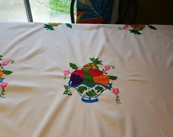 Handmade tablecloth / mantel bordado a mano