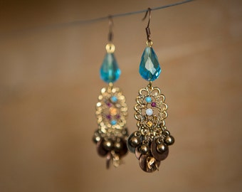 Dangling earrings, Assembly blue beads with a pretty oriental spirit piece vintage gold and rhinestone