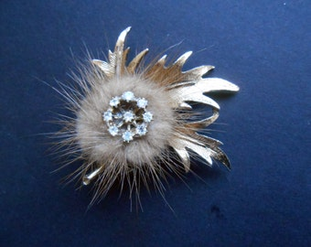 Leaf Brooch In Gold Toned Metal With Fur And White Stones