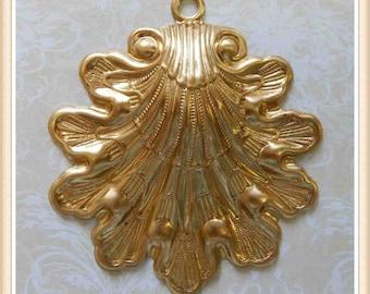 raw brass seashell fancy ornate shell vintage charm pendant 4 pieces E0045