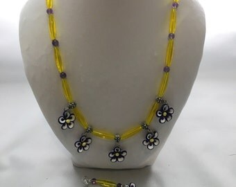 Flower necklace in pretty yellow