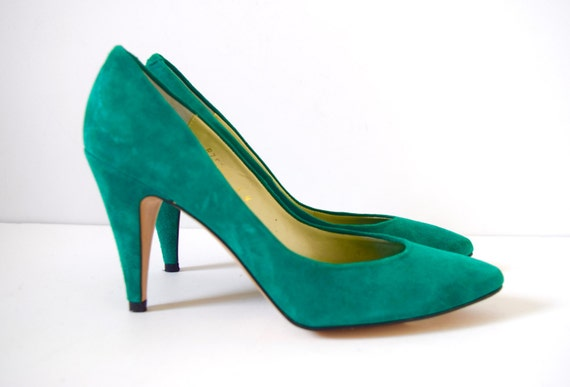 Vintage 70s 80s Kelly Green Suede Stiletto Pumps (size 6 M)