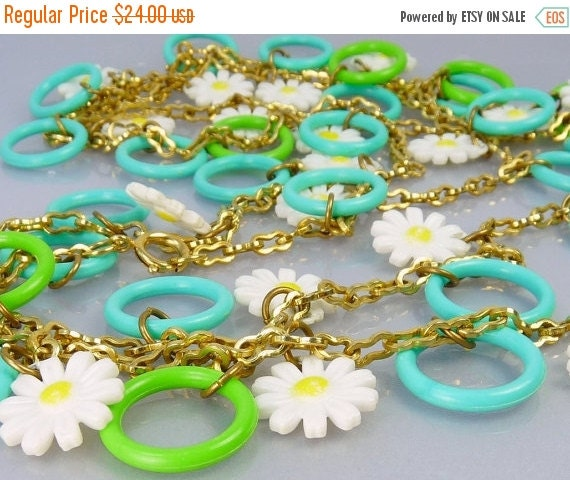 Mod Vintage Plastic Daisy Flower & Ring Charm Necklace By