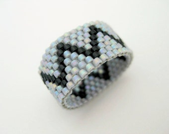 Peyote Ring /  Zig-Zag Ring / Seed Bead Ring in Gray and Black / Size 7 Ring / Beaded Ring / Beadwoven Ring / Delica Ring / Beadwork Ring