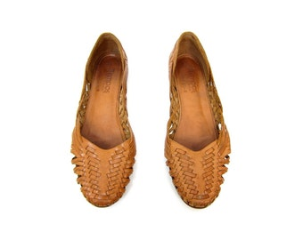 Tan Brown Leather Huaraches Slip On 80s Moccasins Boho Sandals Vintage Summer Flats Cut Out Woven Sandals Flats Womens Size 6