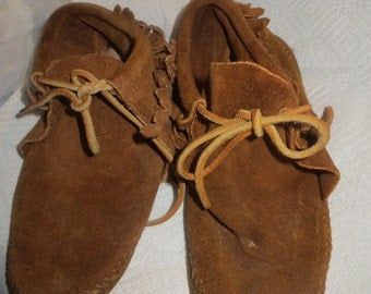 VINTAGE  young  children     small  womens    minnetonka moccasins  size 2