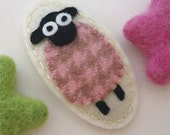 Felt hair clip -No slip -Wool felt -little lamb (pink houndstooth) -cream