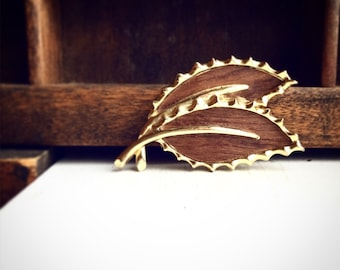 Sarah Coventry Faux Wood Brooch / Vintage Pin Signed Sarah Cov / Leaf Leaves Gold Wood Grain Woodgrain / Retro Style / Fall Autumn Winter