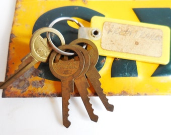 4 vintage Keys & keychain to the Green Trailer hardware salvage jewelry keys Supplies steampunk