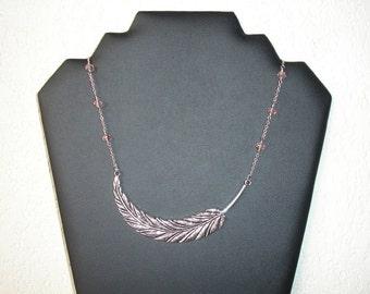 Collier court large plume et perles  en verre à facettes rose