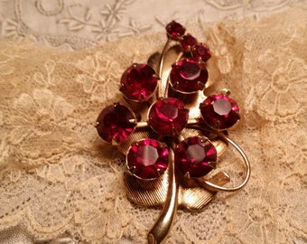 LOVELY Goldtone Pin w/ Prong Set Red Rhinestones VINTAGE