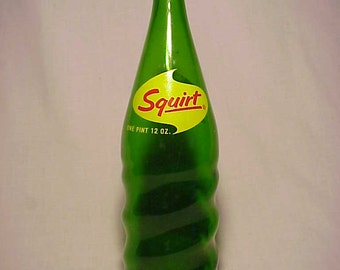 1967 Squirt , Squirt Contents 28 Fl. Oz., Green ACL Painted Label Crown Top Soda Bottle