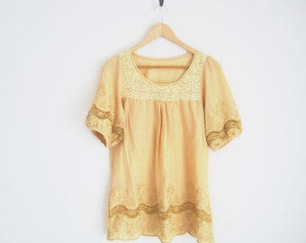Vintage 70s Blouse. 70s Boho Peasant Blouse. Light Golden Yellow Embroidered Shirt with Lace. Floral Embroidered Blouse w. Crochet Lace.