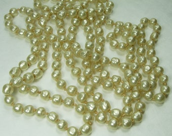 1960s Couture Glass Baroque Faux Pearl Necklace Sautoir 60 Inches Nikki or Gripoix Hand Knotted
