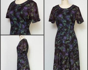 1950s dress / 50s Dress / Vintage floral sheath dress with bows / Purple Floral Dress