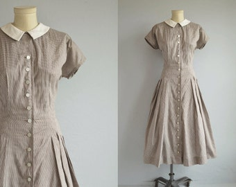 Vintage 50s Dress / 1950s Gingham Check Cotton Plaid with Full Pleated Skirt with White Peter Pan Collar