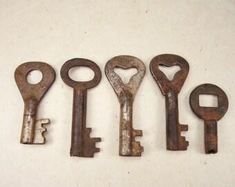 Vintage Rusty Keys Steampunk Supplies - set of 5 - k13
