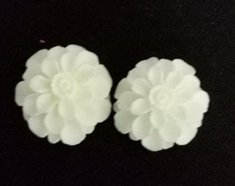 12pcs  of resin chrysanthemum cabochon 18x8mm-Rc0020  white