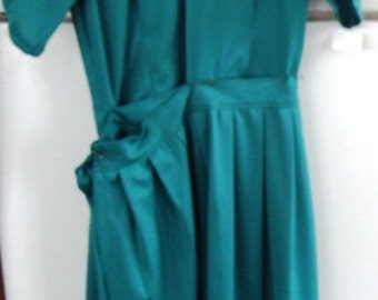 Sale..............AUTHENTIC AMISH, Handmade,Teal Dress with Apron . 34x28x44 NEW