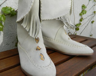 Vintage moccasins with fringe and pattern detail in white!