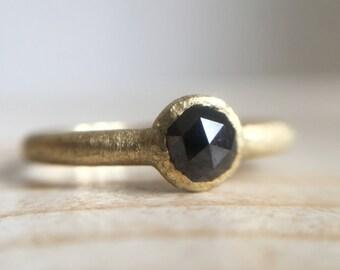 Anello in oro verde 18k con diamante nero taglio rosetta