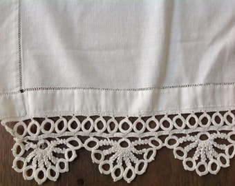 Lovely Victorian white crocheted linen table runner dresser scarf
