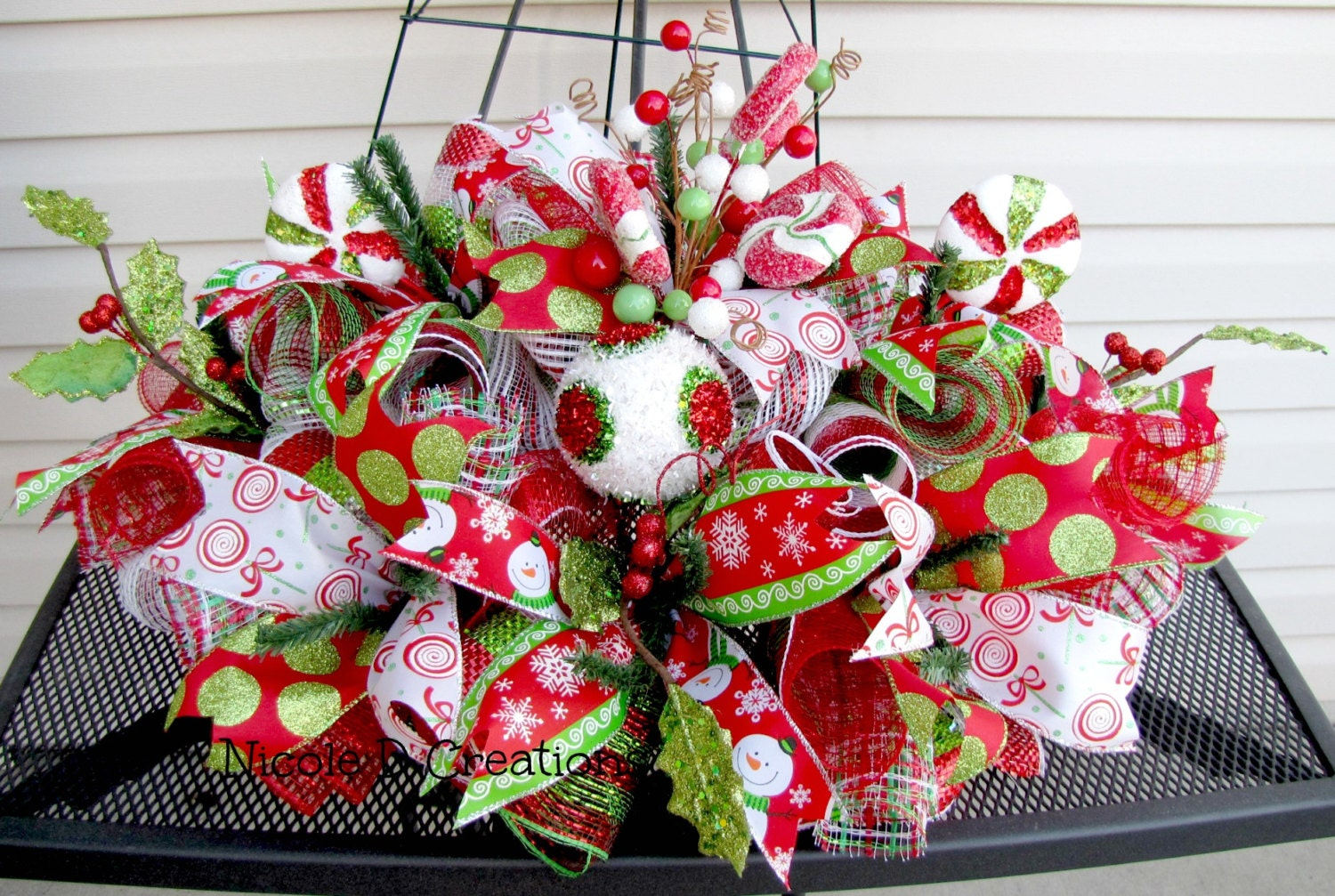 Christmas centerpiece red green and white by nicoledcreations White christmas centerpieces