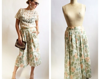 Pleated muted floral print culottes with back elastic waist and pockets. Size S/M.
