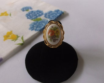 Vintage Porcelain Locket Ring, Adjustable size 5 to 7.5 Vintage Ring with Porcelain Flowers, Opens up as a photo locket or Poison Ring