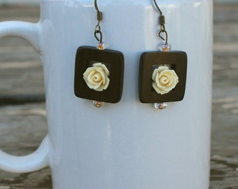 Square wooden earrings with roses