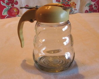 Beehive Syrup Dispenser with Aztec Gold Lid, Clear Glass Syrup Pitcher, Dripcut Honey Dispenser with Yellow Lid