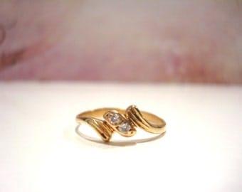 Gorgeous Vintage 18 Carat Gold Two Diamonds Ring.
