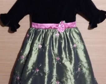 The cutest little girl vintage holiday dress ever ...!!!  Green dress trimmed in pink.