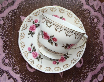 Colclough - Bone China Made in England - Vintage Tea Cup and Saucer - Pink Roses & Buds, Gold Filigree, Scalloped