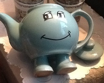 Vintage (c.1970s) Cartoon-style happy face earthenware teapot w/lid.  A bit of cheerful whimsy for teatime!  MINT!