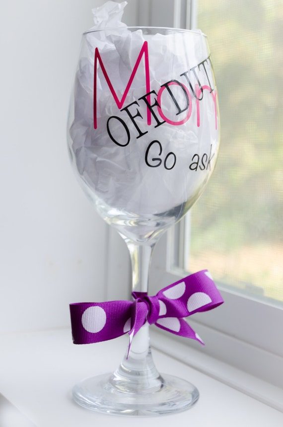 wine glass for mom gift for mom mom off duty go ask dad. Black Bedroom Furniture Sets. Home Design Ideas