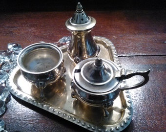 Gravy boats in silver with tray