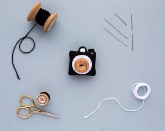 felt camera brooch - handmade felt camera accessory - gift for geeks - gift for dad - valentines gift for him