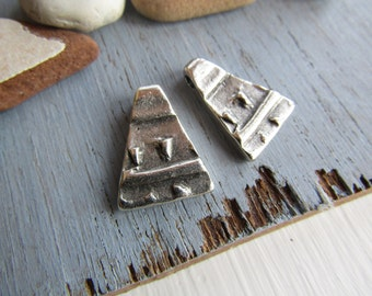 Antiqued silver triangle pendant, abstract rustic design, metal,  silver plated antiqued / pewter tone 20 x 15mm (2 pcs ) 6As285