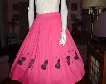 1950's MUSICAL Full Skirt Novelty Border Print VIOLINS MuSIC NoTes Pink & Black Pleated Pin up Dress  Rockabilly 24 waist Xs Small Vlv