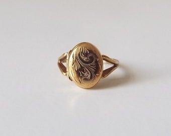 Vintage 9ct gold engraved locket ring