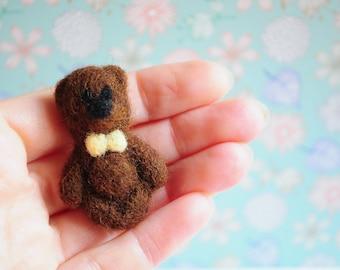 Brown bear brooch - Teddy clothes Mama Mothers day pin British wildlife Realistic Merino wool Pet gift Stuffed zoo Custom plush Jewelry