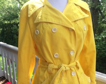 1960s/1970s trench coat.rain coat.spy girl.size medium.med.small.yellow.white.mod.vintage.women's.small.classic.collar.button up.seventies.