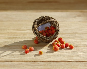 Strawberries in a basket - miniature 1:12